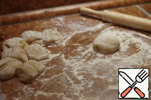 Roll out of the dough plump sausage and cut into pieces, I got eight pieces.