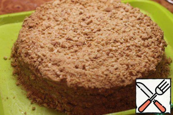 On the last cake and sides of the cake apply a thick layer of cream, then sprinkle with crumbs. Sides need to be formed carefully - to get beautiful and smooth.
