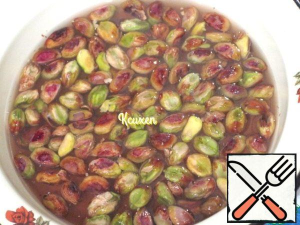 Pistachios (and salt) are cleaned from shells and fill with boiling water for a few minutes. Next, drain the water and clean the pistachios from the skin.