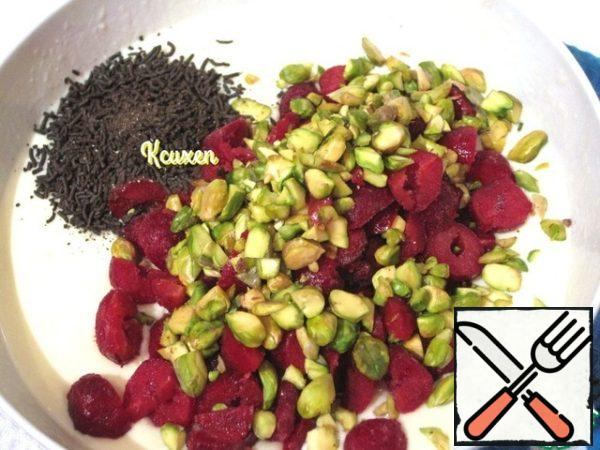 Quickly mix in the ice cream cherries, pistachios and half of grated chocolate.