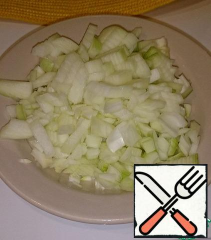 Chicken breast put to boil for 20 minutes without salt (for me in carrots and mayonnaise enough salt and cooking it extra), meanwhile, clean and cut the onion large, you can like it, but the main thing is not to grind.