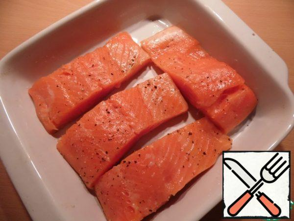 Fish cut into portions pieces, sprinkle with lemon juice, salt, pepper, put in a heat-resistant form, greased with vegetable oil.