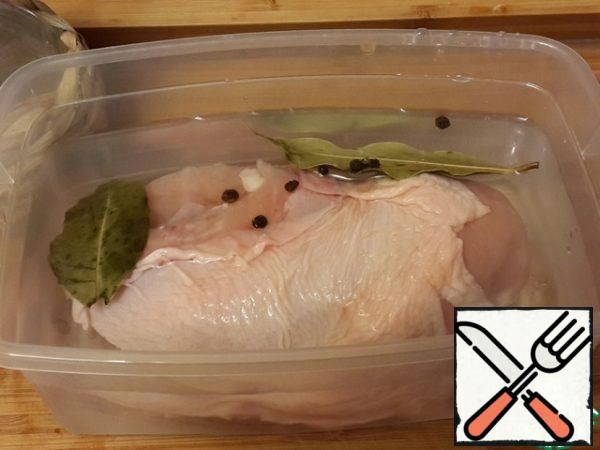 Boil all the brine, cool and place the chicken fillet in the cooled brine for 12 hours.