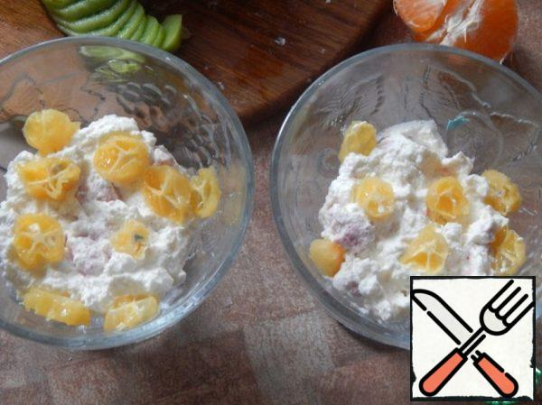 In the cream spread a layer of cream, cut on top of kumquat.