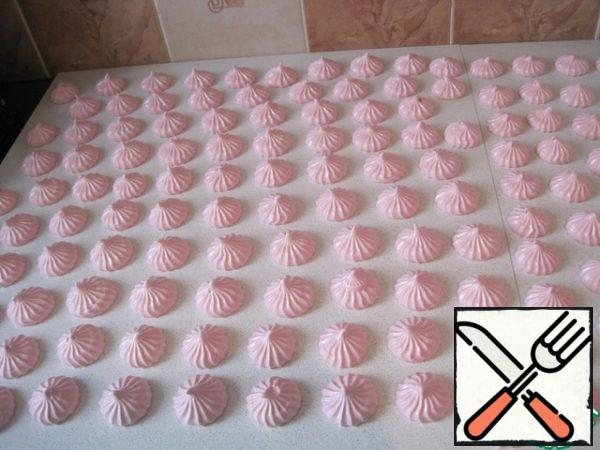 Make using a pastry bag and nozzle. Leave to lie down and freeze for 20 minutes.