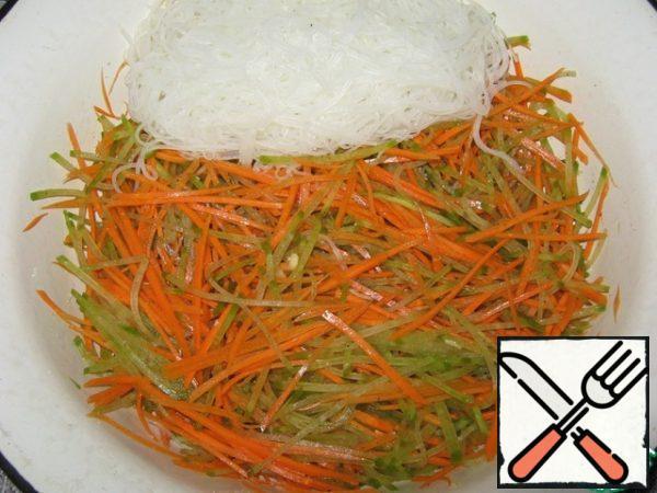 Mix carrots with radish, add funchoza.