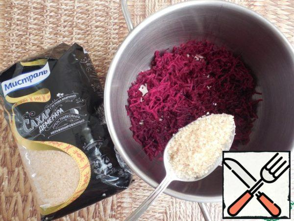 The remaining 2 layers are prepared according to the same scheme. If gelatin is normal, then pour 7 g of water and leave to swell for 40 minutes. At this time, prepare beets. It must, like carrots, grate on a fine grater. Then add water, 1 liter of sugar and put out over medium heat until soft.