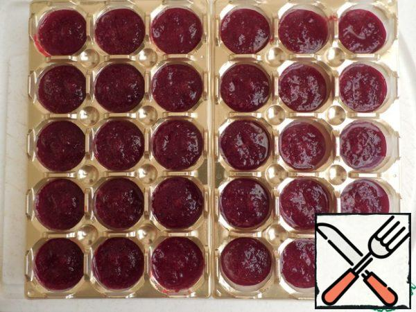 Chop the beets into mashed potatoes and cool. Add 3 liters of orange juice, mix well. Melt the gelatin in a water bath and mix with mashed potatoes. Fill in the form of beet puree for another 1/3. Put it back in the fridge for 20 minutes.