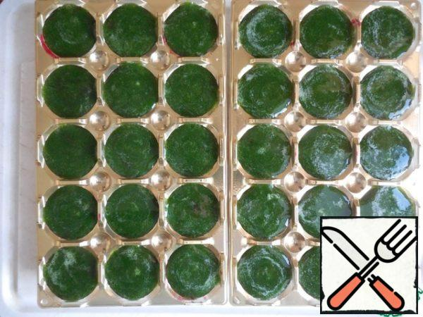 Melt the gelatin in a water bath and mix with mashed potatoes. Fill the forms with spinach mixture until the end. Put into the refrigerator to harden for 30 minutes.