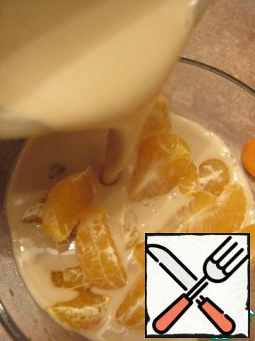 Tangerines cleaned into slices, pour the liquor.