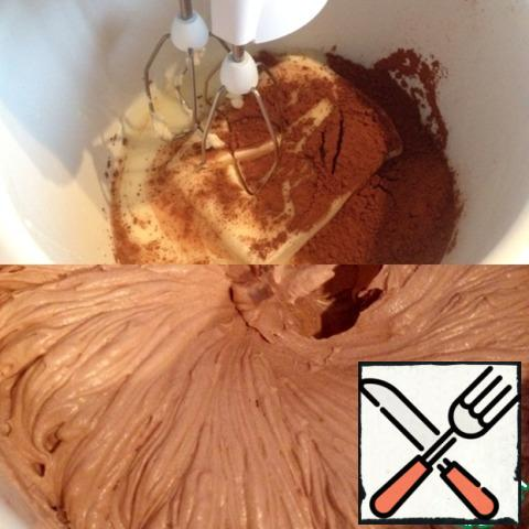 In the bowl of the mixer spread the cream. butter, cocoa (3 tbsp), condensed milk (not all) and whisk.