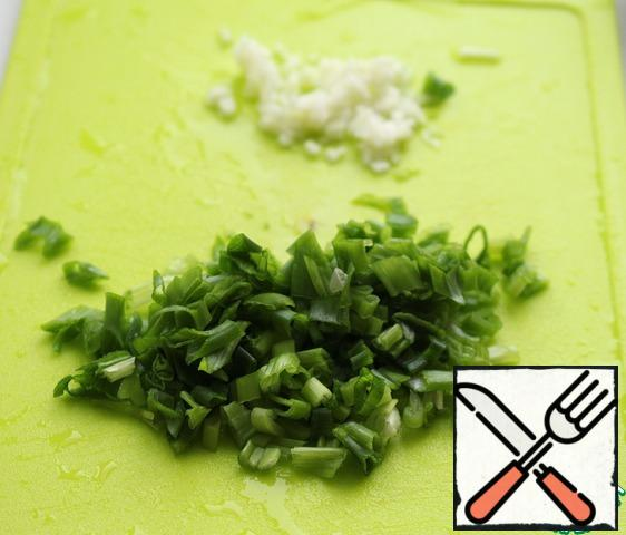 Green onions and garlic finely chop.