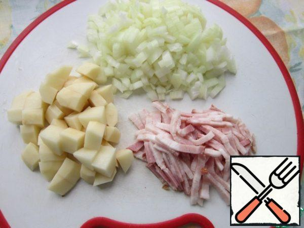 Cut the brisket into small pieces, onions and potatoes into cubes.