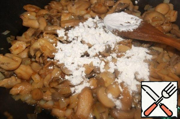 In the same oil, fry onions and mushrooms, add flour, mix well.