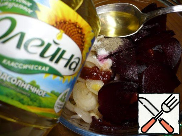 Put the chopped beets in a bowl. Add chopped onions, vinegar, sunflower oil, hot Tabasco sauce, sugar, salt and a mixture of ground peppers to the bowl.