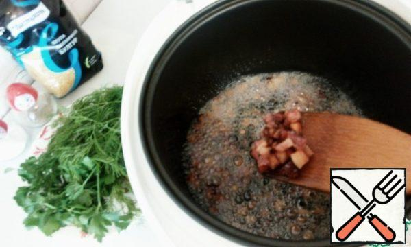 Turn on the slow cooker for frying for 20 minutes. At the bottom I poured a little sunflower oil. After the signal that the slow cooker is hot and ready to start frying, put the lard and stir fry for 5 minutes.