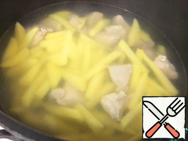 I'll put the Kulesh in the oven in the same dish in which the meat was cooked. Therefore, in the finished broth lay potatoes, cut into strips. Broth need try on where sea salt and, if necessary, add salt.