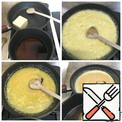 It is better to take a cast iron pan and a wooden spoon, melt the butter over low heat. Add flour and constantly interfere so as not to burn. Stir until the mass becomes Golden in color. At the same time make the syrup. Take a saucepan and pour in the water and sugar ( I took brown sugar, ideally of course white.) sugar should dissolve completely. But syrup should not boil.