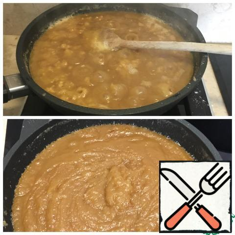 When flour weight will fry dough until Golden remove from heat. In the hot syrup add a couple of the stigma of the saffron and rose water. Pour the hot syrup into the flour mass gradually, stirring constantly.  It is necessary to quickly mix everything. Halva's ready.
