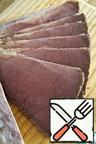Completely cooled meat is removed from the sleeve, cut into slices and enjoy. The meat is tender, incredibly fragrant, absolutely not dry and has a very beautiful color. To be honest, I've never eaten tastier than pastrami.