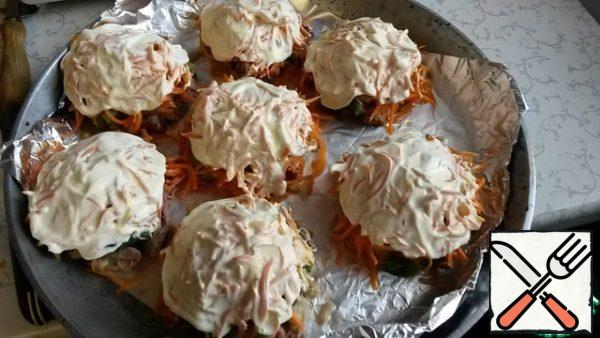 And all the top grease with mayonnaise, and put in the oven heated to 180 degrees for 15 minutes ( see not to burn).