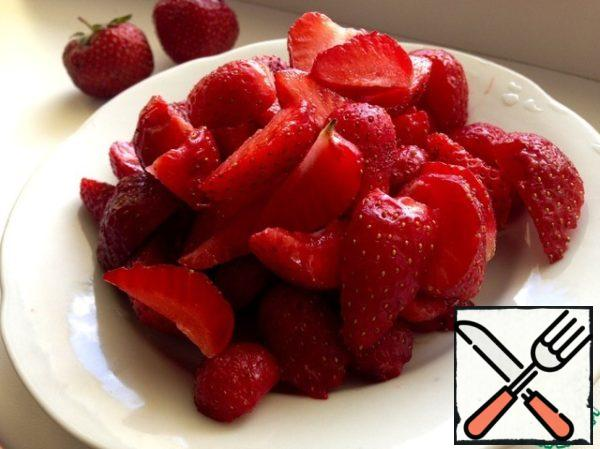 For filling: Wash strawberries and cut into slices. Then mix with sugar and starch.