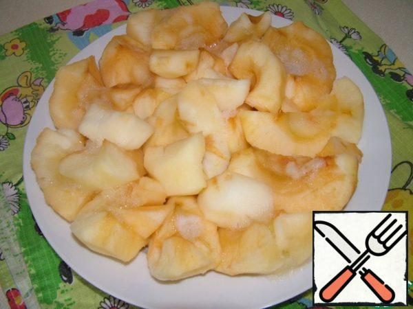 Bake apples in the microwave about 6-7 minutes (do not forget to cover, and then have to wash everything).