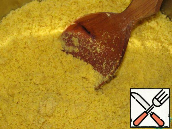 Add flour, half (200 g) of sugar and fry for 10-15 minutes, stirring constantly with a wooden spoon over low heat. The finished mass will be Golden and crumbly.