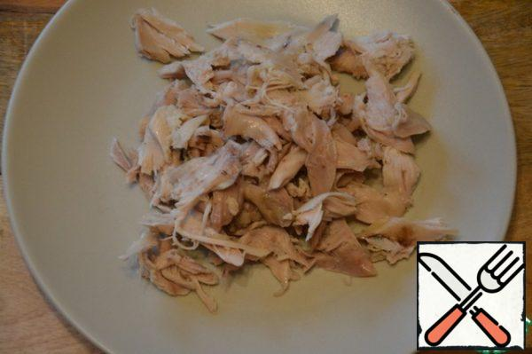 To prepare chicken. To do this, boil it or bake in an oven. You can use pre-prepared fillet of chicken (as in my case). Arbitrarily cut.