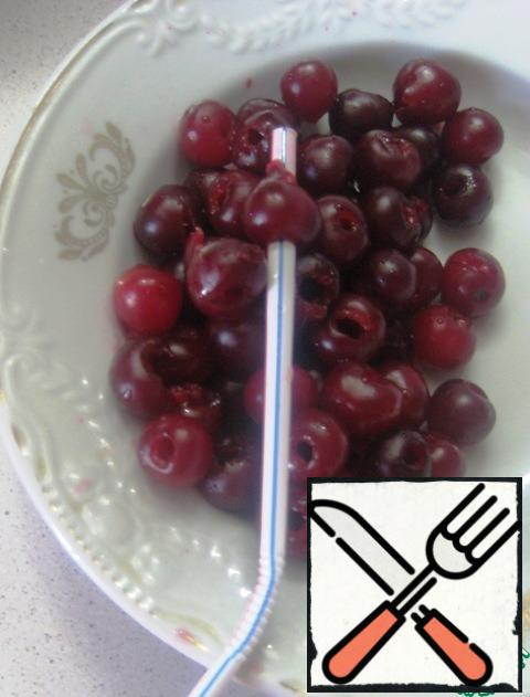 From cherries to remove bone. Here I decided to use the method of removing the bones with the help of a tube for cocktails, read on the Internet))) I liked the method))) the bone gently out of the cherry, leaving it intact))) the process is quite fast and not very tedious)))