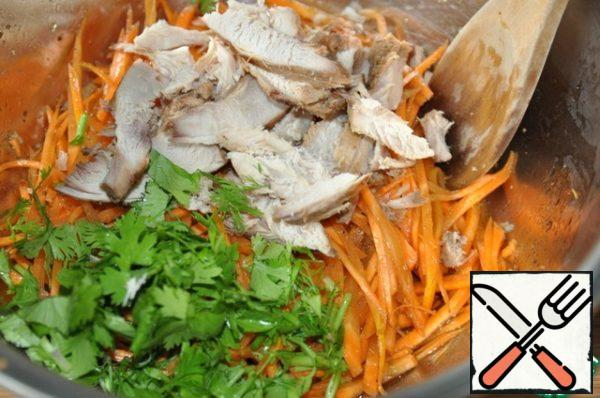 Take chicken fillet: boiled or baked; cut into strips. Add the chicken to the carrots. Also put finely chopped coriander. Stir the salad, let stand for about 2 hours, you can more.