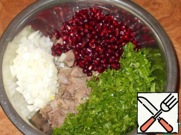 To chopped meat sent to the kernel of pomegranate, herbs and thrown on to the sieve bow.