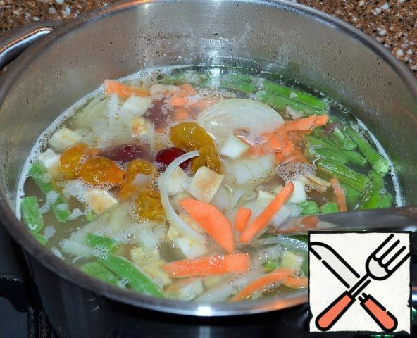 Strain the broth, measure out 2 liters and lay all the vegetables. Cook for 15-20 minutes.
