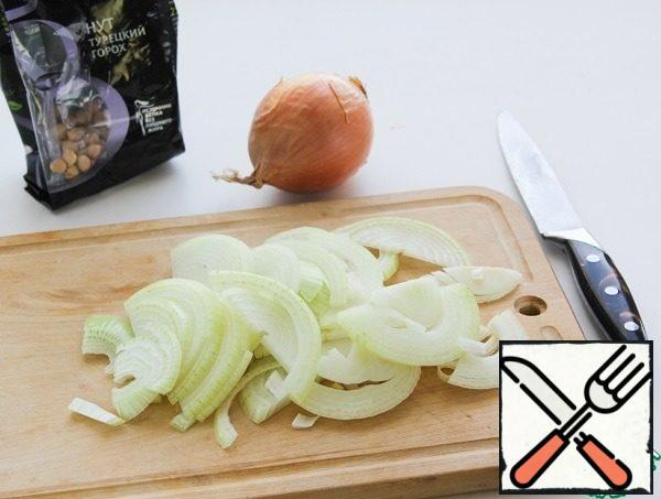 Peel and chop the onion of your choice: rings, half rings or straws.