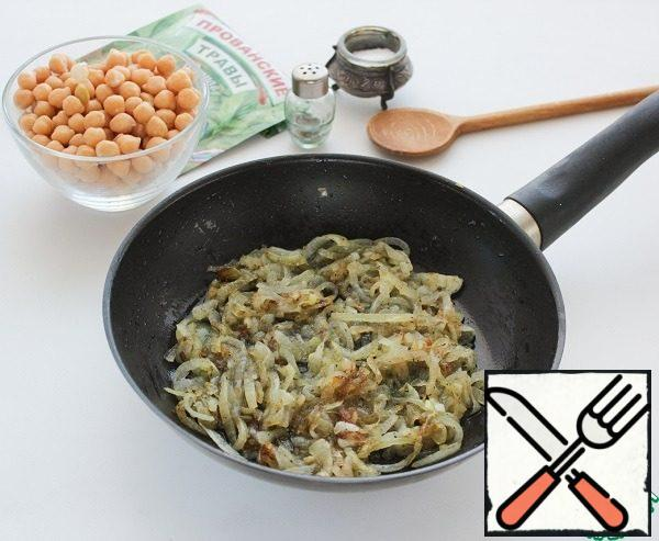 In a frying pan, heat the vegetable oil, put the onion and fry until transparent. Then add salt, sugar, ground black pepper, Provencal herbs, to stew for 5-10 minutes until it will turn brown and the willingness of the bow, not forgetting to stir.