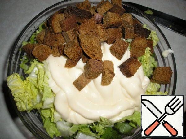 Croutons of black bread-two pinches. I have scented crackers without any spices. Sour cream or mayonnaise.