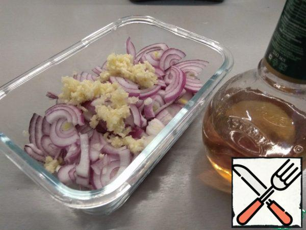 Red onion cut into half rings, garlic press, mix everything. For marinade type a glass of hot (but not boiling water, and then the onion is cooked) water, add salt, sugar and vinegar. I used wine, but given the ratio of water and vinegar, I assume that the dining room can be taken in the same volume. Carefully stir and fill in the form with onion-garlic, the water should cover them completely, if not enough-just add more hot water. Close the lid, leave to marinate for an hour.