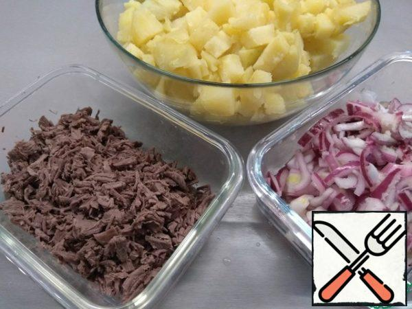 Next, put the meat and potatoes to cook in the uniform, as prepared-cool. Potatoes clean and cut into small cubes. Beef-if you have a tenderloin or flesh without veins, then cut into small cubes and just in the hands of a little mnem - it will break into fibers, if the meat lived enough-then cut very, very finely. From the dish with onions, pour the marinade (it is more convenient to do through a sieve), use only do onions and garlic.