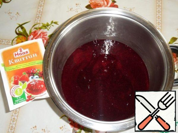 Berry puree pour into a wide pot with a thick bottom. It turns out 450 grams of berry puree.