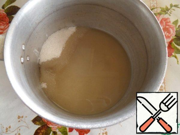 In a small pot spread 220 grams of sugar, 7 grams of agar and pour water. Put the pan on the fire.