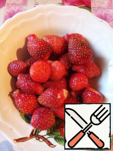 To begin with, I would like to say that accuracy and quality products are very important in this recipe. Berries must be fresh, frozen will not work due to the extra liquid ( you can certainly try to boil down a bit...). As an agar you also need to be fully confident not to translate all your work. Strawberries me fewer 400 g. And that's another thing. The very first to soak 9 g of agar in 160 ml of cold water.