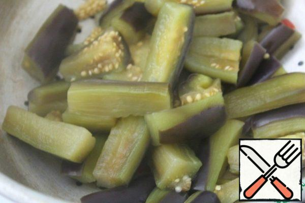 Boil the eggplant in salted boiling water-no more than 5 minutes. Detach.