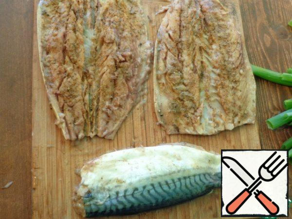 To cut the mackerel into fillets, remove all bones. Flavor the fillet with seasoning and salt. Leave to marinate for 30 minutes.