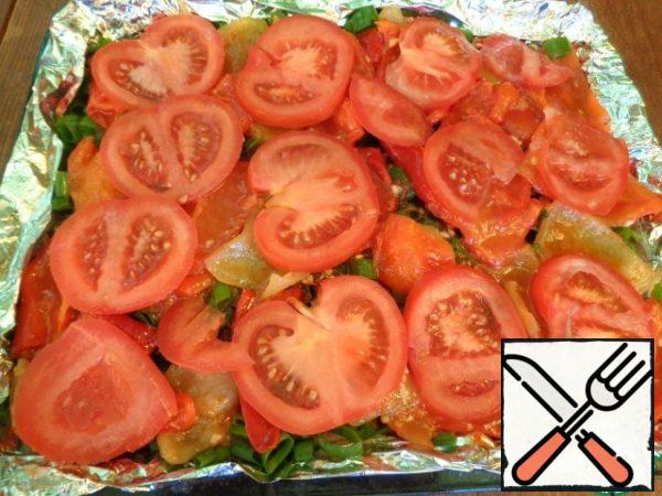 Cut the tomatoes into slices and close the pepper.