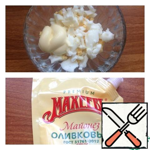 Eggs peel and cut into small cubes, coat with the mayonnaise. For a more piquant taste, you can pass a garlic clove through the press and mix with mayonnaise.