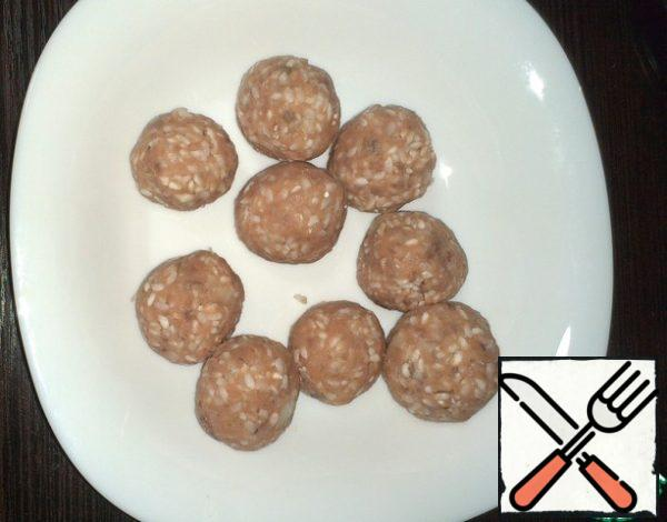 Form meatballs of minced meat with rice.