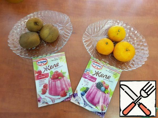 Prepare all ingredients: 3 kiwis, 3 tangerines, frozen raspberries, jelly (Dr.Oettker).