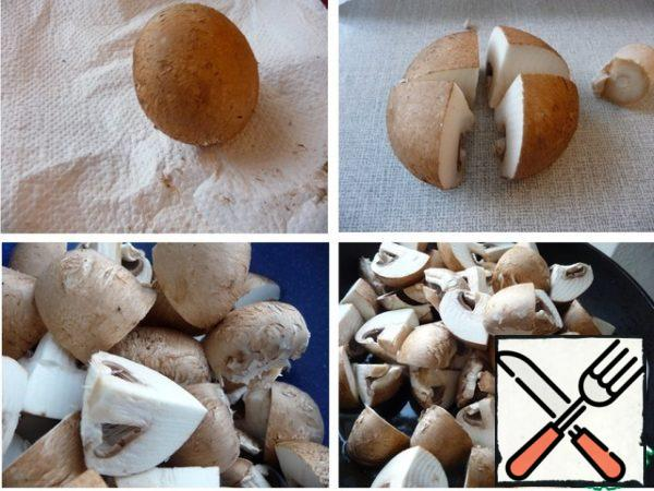 Mushrooms are not washed, the film is not removed. Clean the mushrooms with a paper napkin. Trim legs (I used them in soup). Large cut into four parts, small in half. Fry the mushrooms in heated vegetable oil for about 4-5 minutes. stirring constantly.
