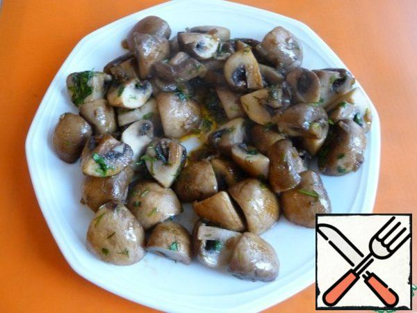 Put the mushrooms on a plate.