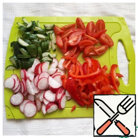 Prepare the vegetables, pre-wash them. Pepper cut into straws, cherry cut into two or four parts, radish-rings, cucumber-straws or semicircles.